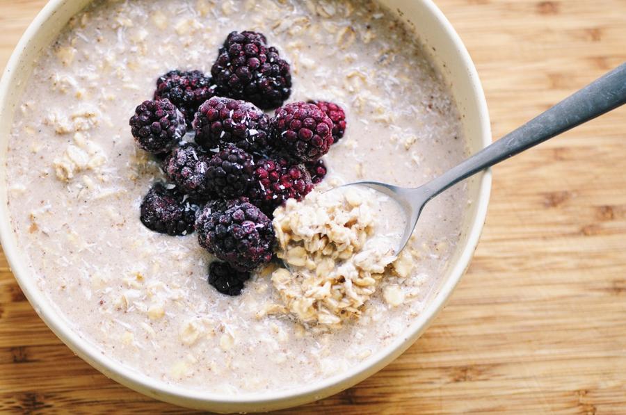 Blackberry Vanilla-Coconut Chai Spiced Overnight Oats